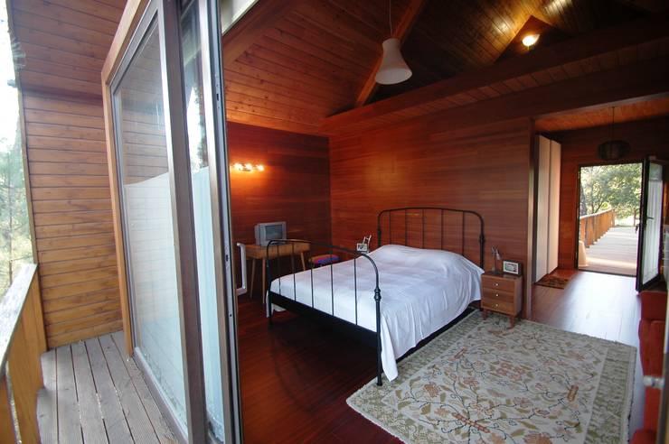 3 anos depois... Casa em Cabeça Santa: Quartos  por NORMA | Nova Arquitectura em Madeira (New Architecture in Wood)