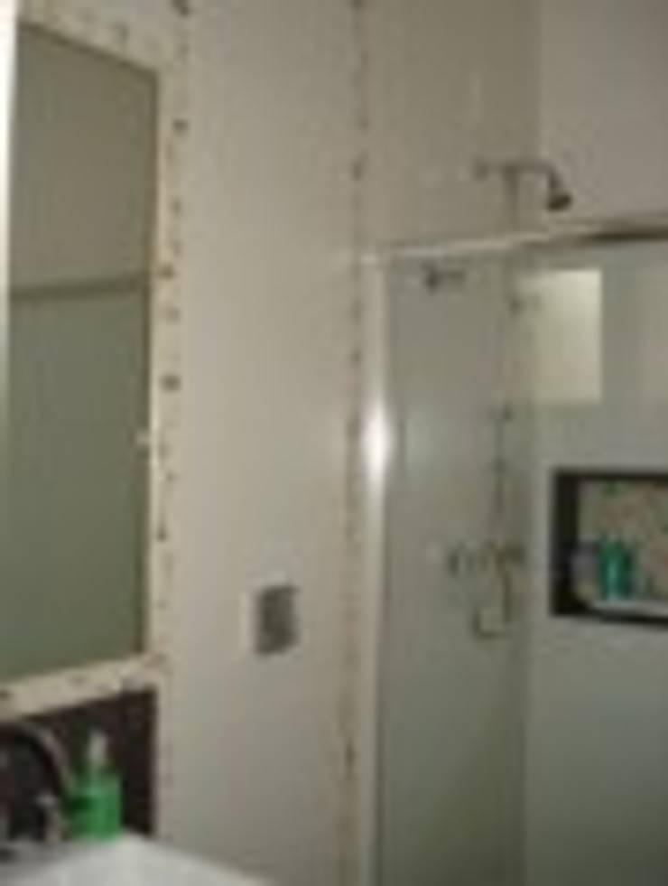 Banheiro social : Banheiros  por Rodrigues&Coutinho Projetos, Engenharia e Decoração