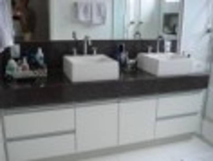 Bancada do Banheiro do Casal : Banheiros  por Rodrigues&Coutinho Projetos, Engenharia e Decoração