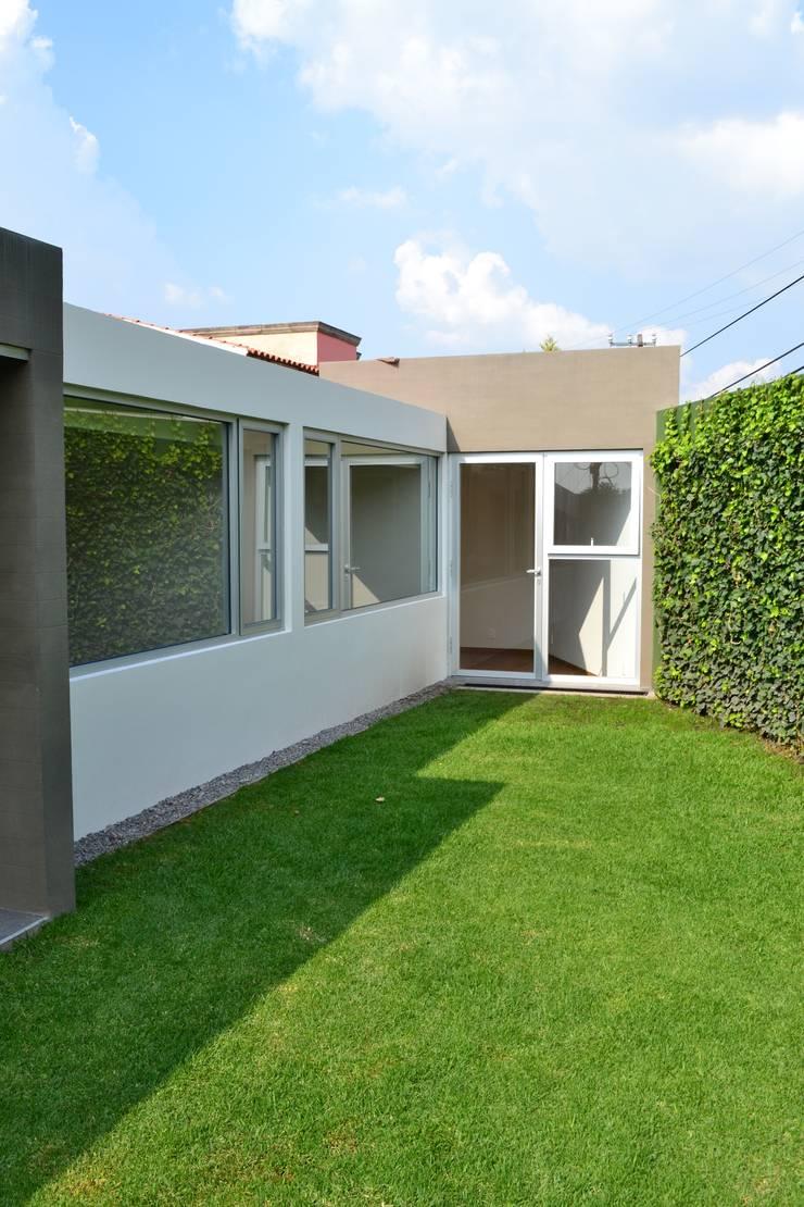 Lomas de Tecamachalco: Casas de estilo  por H + M Arquitectos