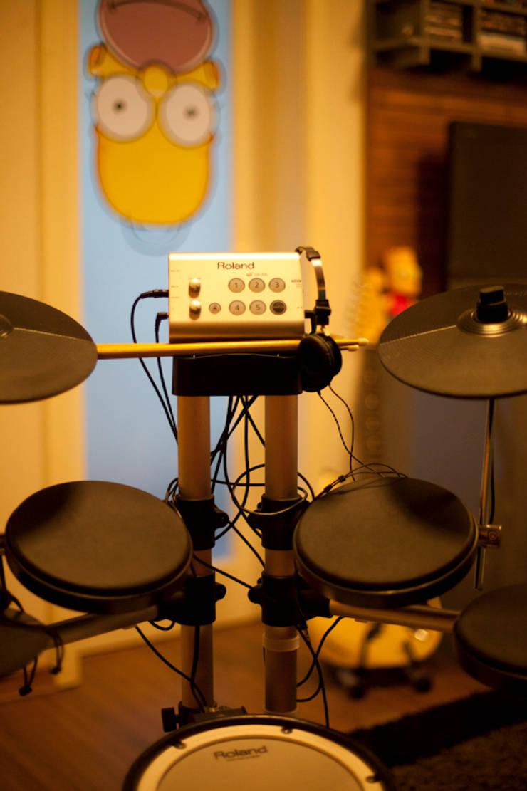 Detalhe de instrumento musical - bateria eletronica: Quartos  por ARQ Ana Lore Burliga Miranda,Moderno Vidro