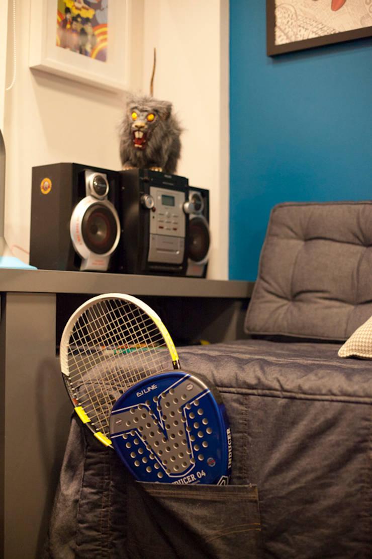 Colcha da cama: jeans com bolsos para raquetes de padel e tenis: Quartos  por ARQ Ana Lore Burliga Miranda,Moderno Têxtil Ambar/dourado