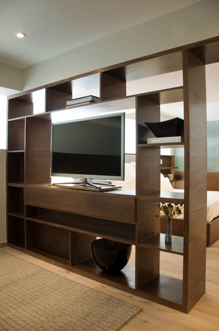 Mueble Divisorio TV / Recámara Principal : Sala multimedia de estilo  por Basch Arquitectos