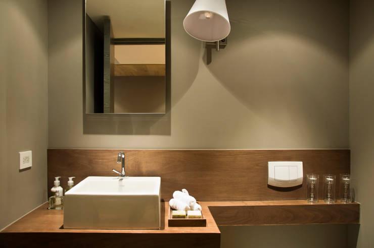 Baños de estilo escandinavo por Basch Arquitectos