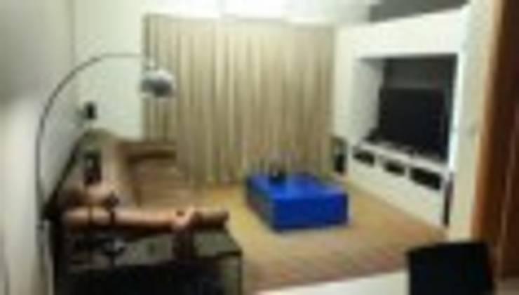 Sala multifuncional e integrada com a sala de jantar: Salas de estar  por Rodrigues&Coutinho Projetos, Engenharia e Decoração