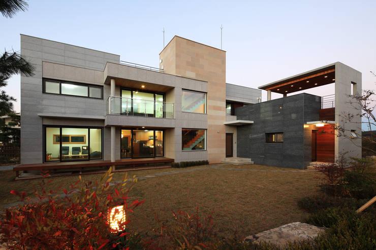 언덕위의 바람집: SUP건축사사무소의  주택