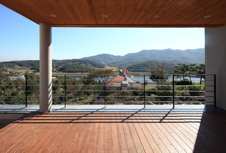언덕위의 바람집: SUP건축사사무소의  베란다