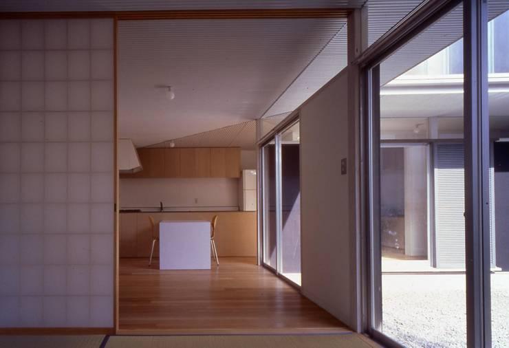 野火止の家: 有限会社 クワハラオフィスが手掛けた家です。,モダン