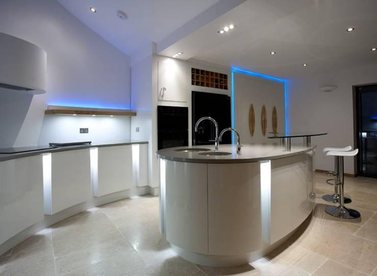Cocinas de estilo moderno por Andrew John Lloyd