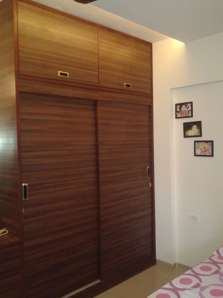 Sliding Wardrobe in the Guest Room:  Bedroom by Global Associiates