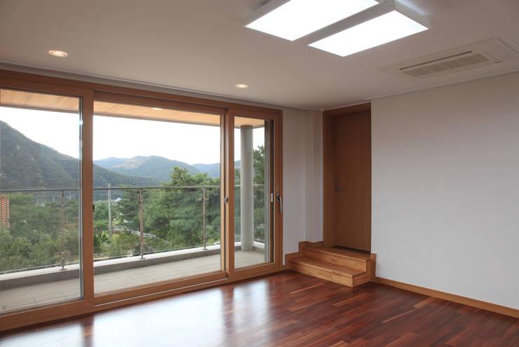 언덕위의 바람집: SUP건축사사무소의  거실