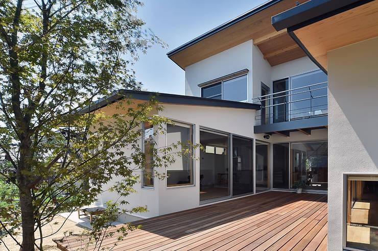 MJ2-houseデッキ: 株式会社 森本建築事務所が手掛けたテラス・ベランダです。