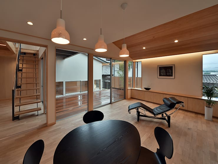 MJ2-houseリビングダイニング: 株式会社 森本建築事務所が手掛けたリビングです。