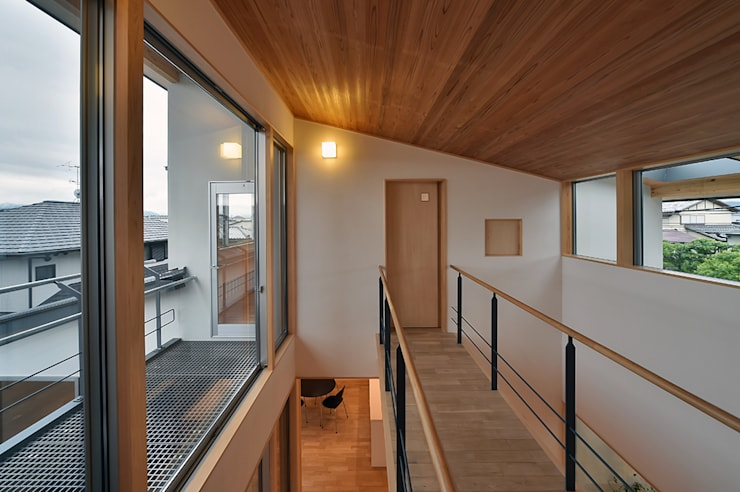 Corridor & hallway by 株式会社 森本建築事務所, Scandinavian Solid Wood Multicolored