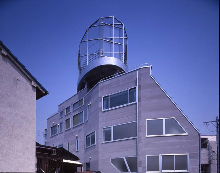 東南面から見上げるバスケットボールコート モダンな 家 の Guen BERTHEAU-SUZUKI Co.,Ltd. モダン