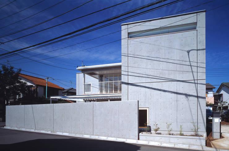 緑と空につながる家: 新野裕之建築設計 Hiroyuki Niino Architectureが手掛けた家です。,