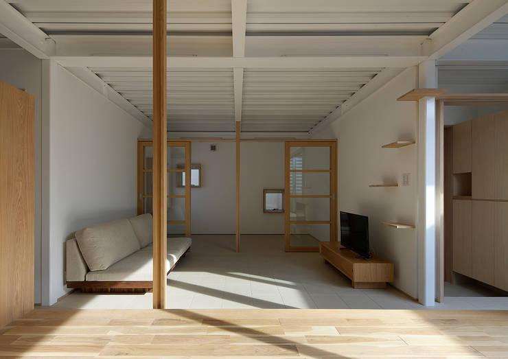 西田辺の家・ネコと夫婦の家: 大野アトリエが手掛けたリビングです。