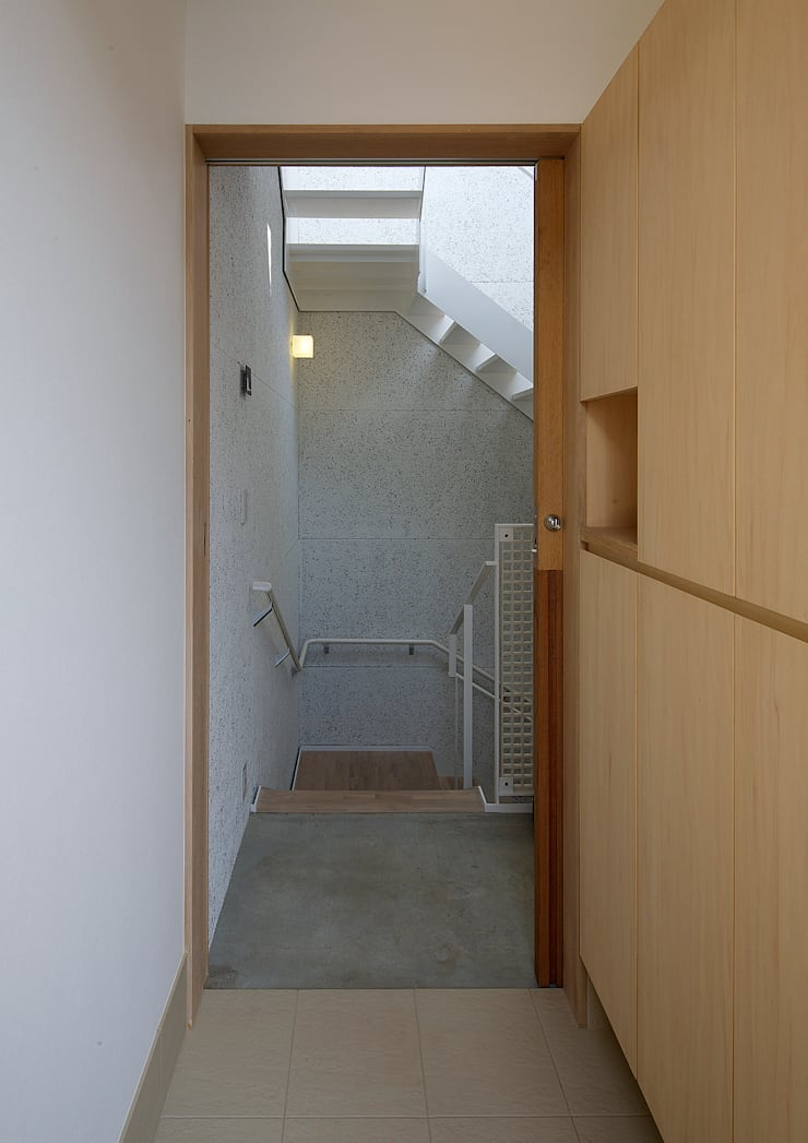 西田辺の家・ネコと夫婦の家: 大野アトリエが手掛けた廊下 & 玄関です。