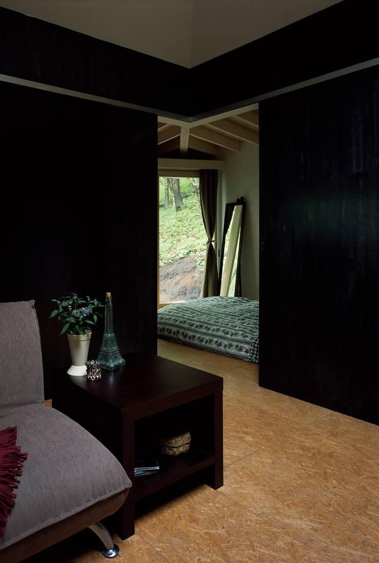 軽井沢S邸: 高田事務所が手掛けた寝室です。