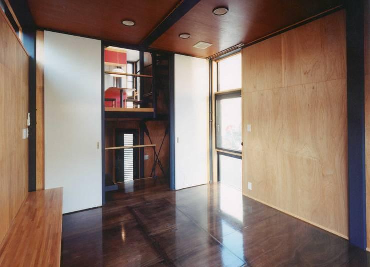 リビング: 有限会社 高橋建築研究所が手掛けたリビングです。