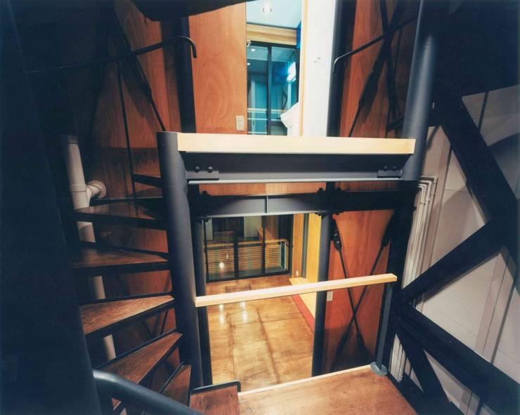 階段室からリビングを見る: 有限会社 高橋建築研究所が手掛けた廊下 & 玄関です。