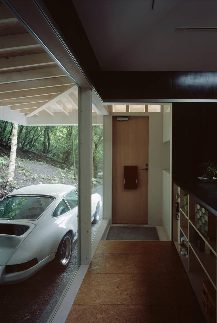 軽井沢S邸: 高田事務所が手掛けた廊下 & 玄関です。