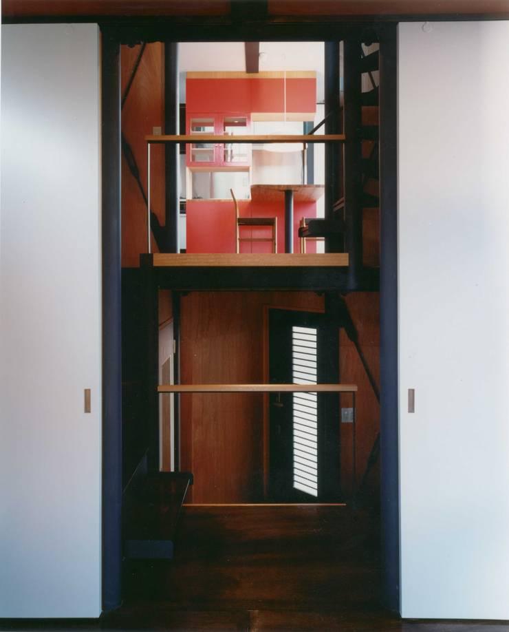 リビングから階段室越しにダイニングを見る。: 有限会社 高橋建築研究所が手掛けたリビングです。