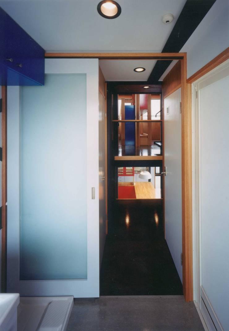 ユーティリティー。: 有限会社 高橋建築研究所が手掛けた浴室です。