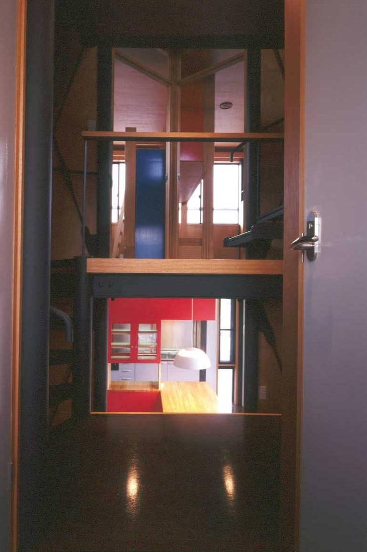 階段室から見る子供室とダイニング: 有限会社 高橋建築研究所が手掛けた廊下 & 玄関です。