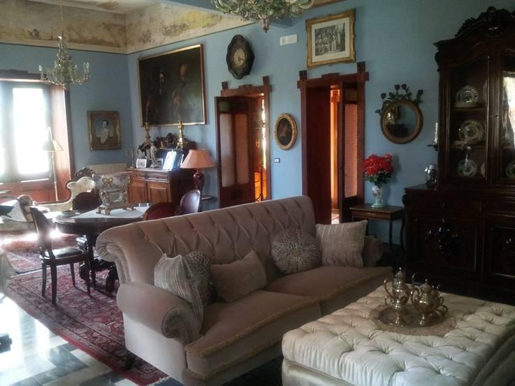 Villa Carrozza: Soggiorno in stile  di SM Studio - Stracuzzi & Manno