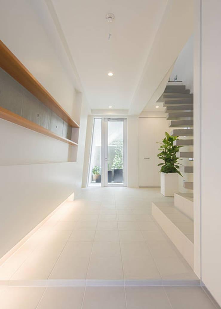 N house: 株式会社K&T一級建築士事務所が手掛けた玄関&廊下&階段です。