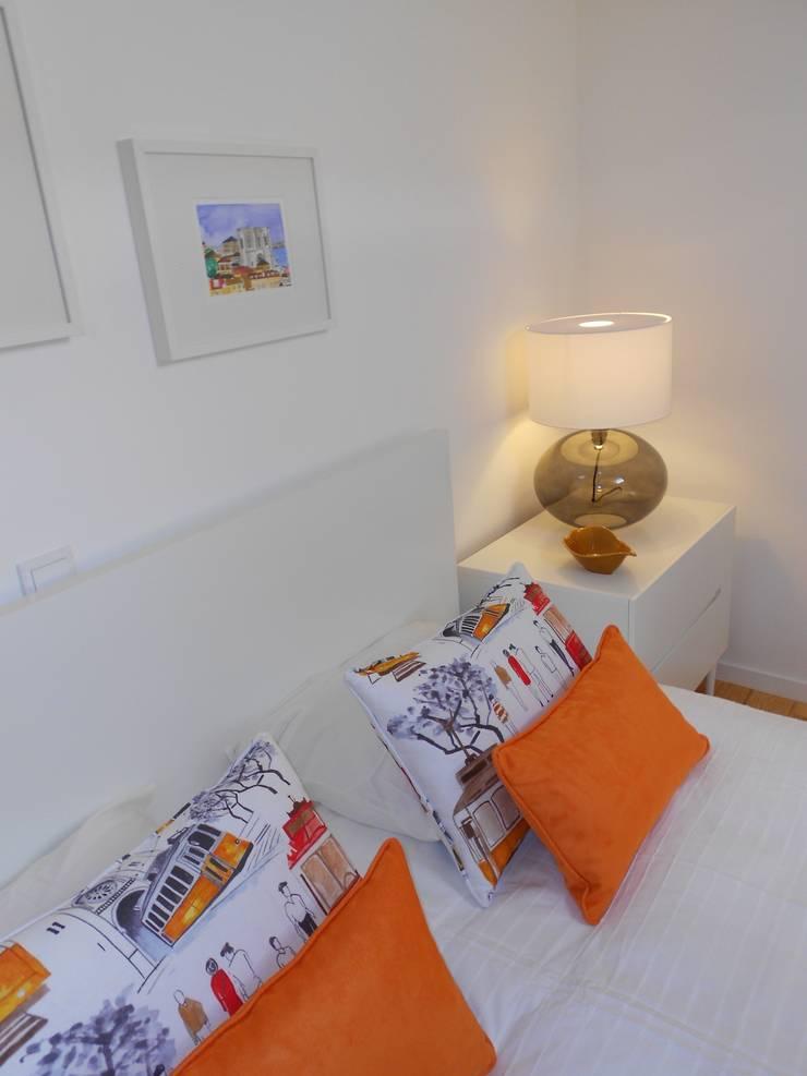 Pormenor das almofadas : Quartos  por Interiores com alma