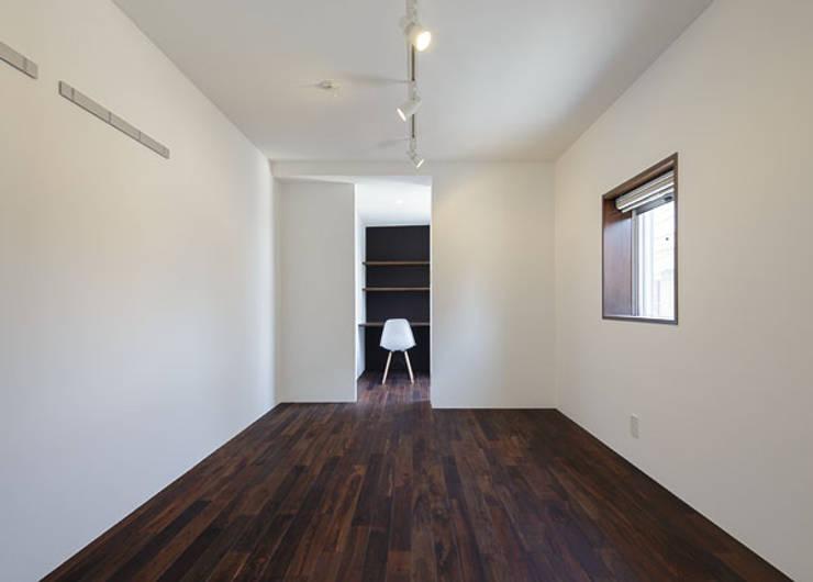 N house: 株式会社K&T一級建築士事務所が手掛けた寝室です。