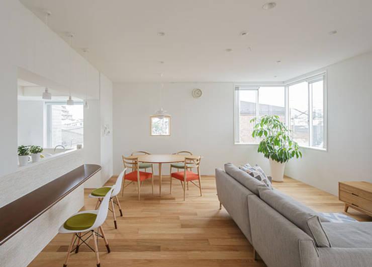 N house: 株式会社K&T一級建築士事務所が手掛けたリビングルームです。