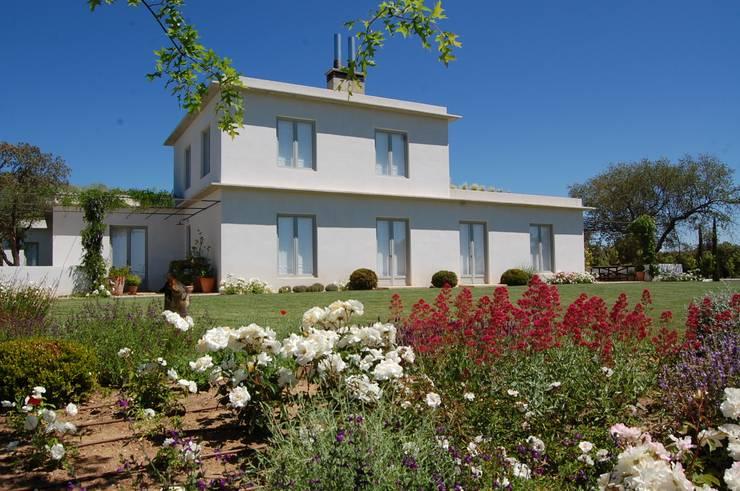 Vista sur: Casas de estilo mediterráneo de Alen y Calche S.L.