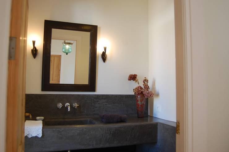 Casa de Campo en Toledo: Baños de estilo mediterráneo de Alen y Calche S.L.
