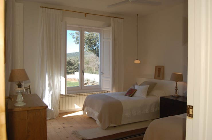 Dormitorio: Dormitorios de estilo mediterráneo de Alen y Calche S.L.