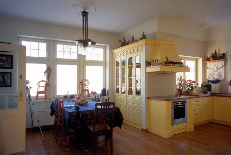 Mieszkanie w Sopocie: styl , w kategorii Kuchnia zaprojektowany przez Grafick sp. z o. o.,Klasyczny Drewno O efekcie drewna