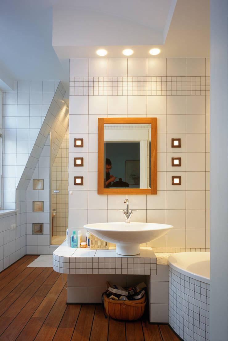 Łazienka rodziców: styl , w kategorii Łazienka zaprojektowany przez Grafick sp. z o. o.,Klasyczny Ceramika