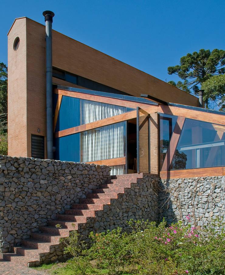 Vista do Deck para a Casa: Casas  por Carlos Bratke Arquiteto