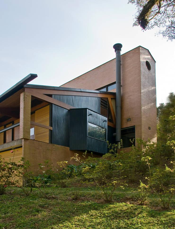 Vista externa: Casas  por Carlos Bratke Arquiteto