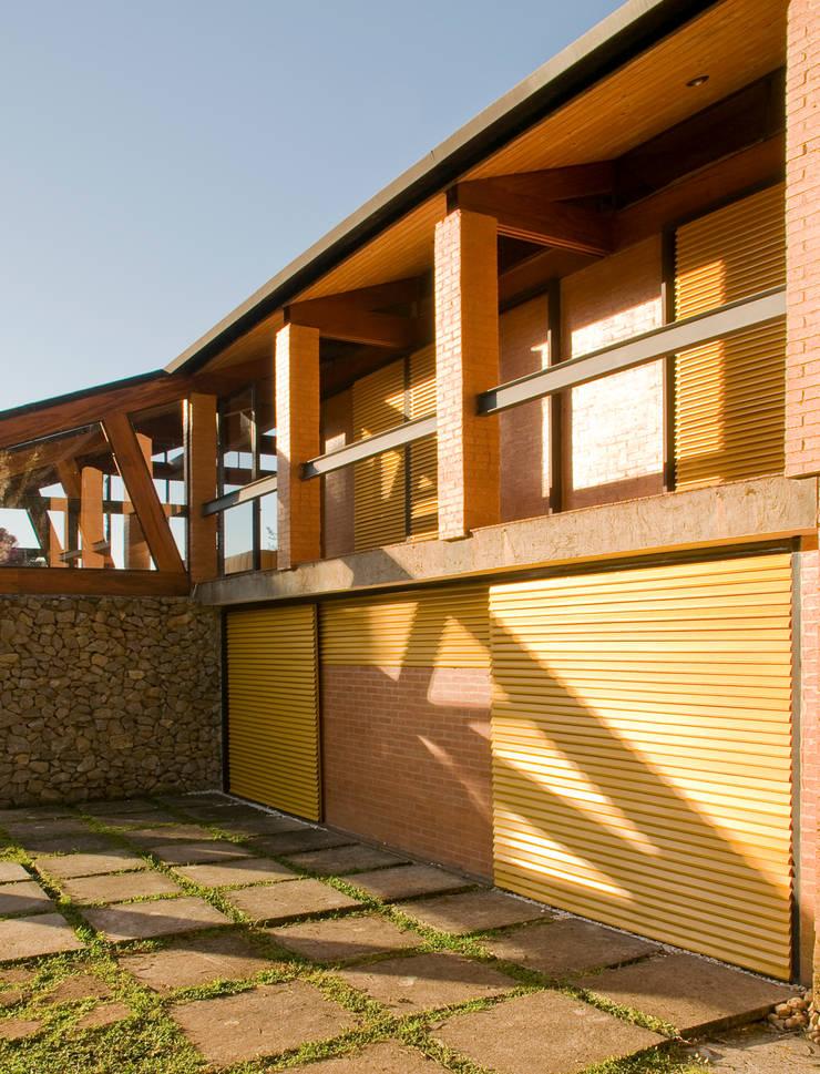 Detalhe da Varanda dos Quartos: Casas  por Carlos Bratke Arquiteto
