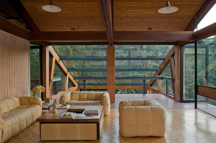 Projekty,  Salon zaprojektowane przez Carlos Bratke Arquiteto
