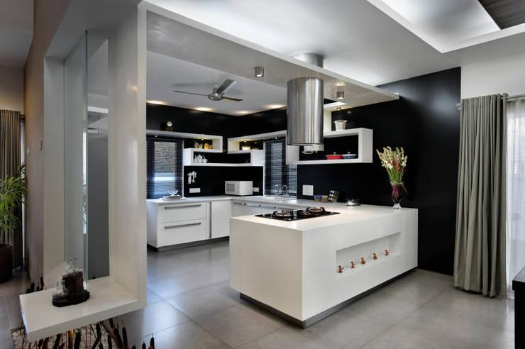 Swaragya Harshad nimbalkar residence:  Kitchen by Sunil Patil and Associates