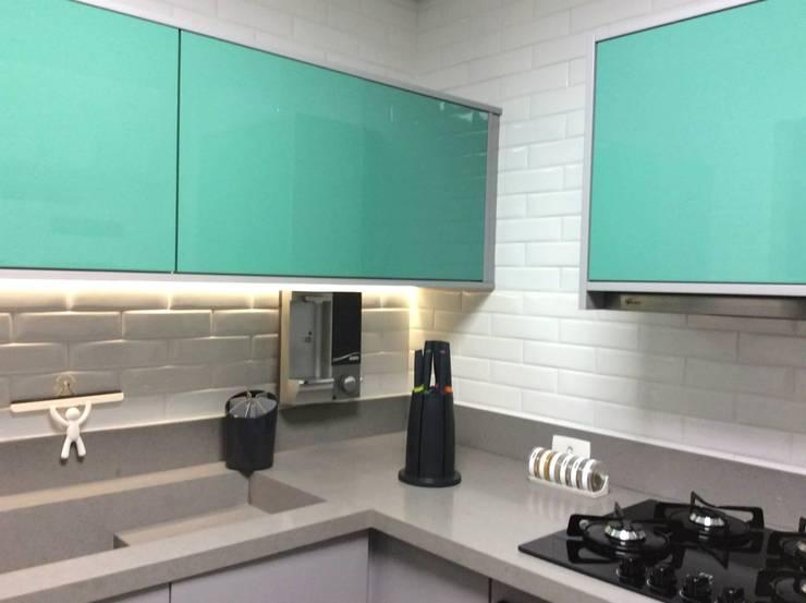 Reforma Apartamento Guarapari: Cozinhas  por STUDIO 52