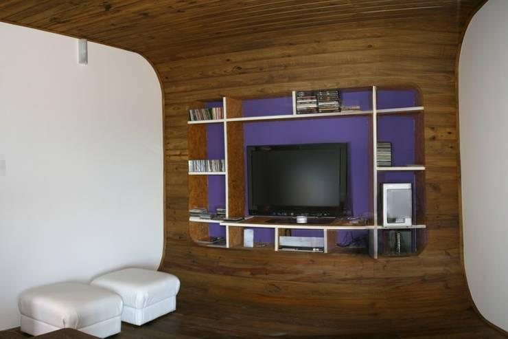 Casa Ecológica I: Salas multimídia  por alexis vinícius arquitetura e design,