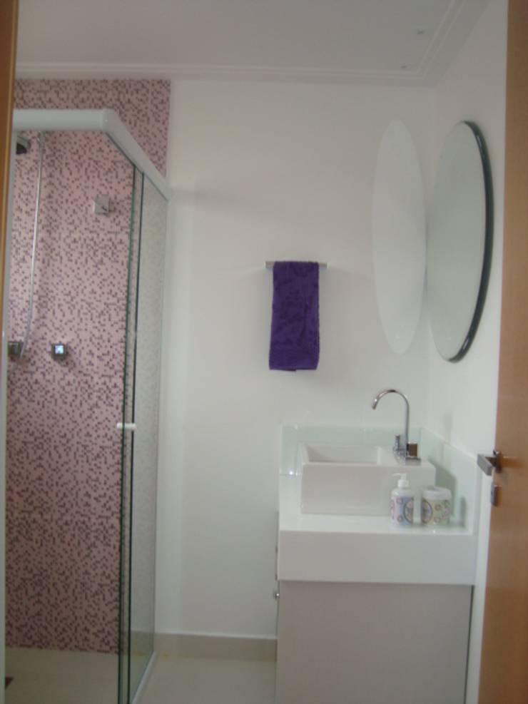 APARTAMENTO 240m²: Banheiros  por Nanci Pedro Arquitetura,