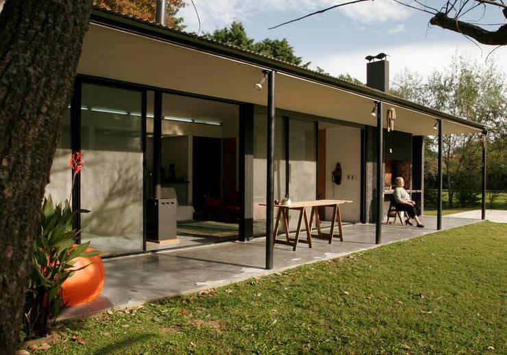 Casa Tortorelli: Jardines de estilo  por IR arquitectura