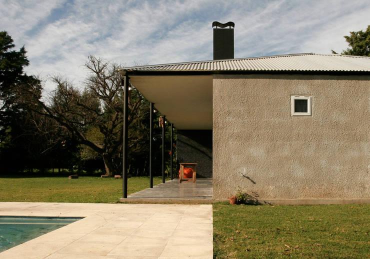 Casa Tortorelli Casas modernas: Ideas, imágenes y decoración de IR arquitectura Moderno Caliza