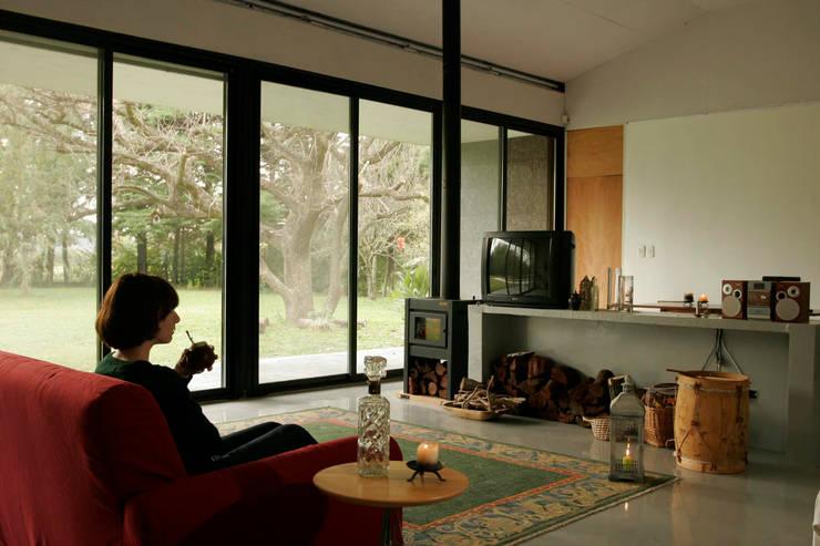 Casa Tortorelli Livings modernos: Ideas, imágenes y decoración de IR arquitectura Moderno Vidrio